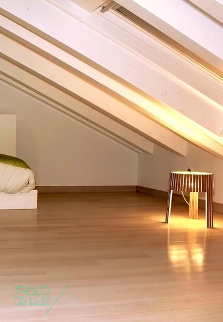 Shio é um candeeiro de chão ou de mesa com madeira e luz LED