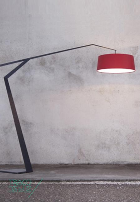 Grus é um candeeiro de chão com um foco de luz descentrado e estrutura geométrica fina em folha de alumínio, disponível em duas cores distintas. A estrutura é composta por duas partes, uma sobreposta a outra, fixada por um fio de metal ajustável e apoiada numa base de metal. O difusor de luz está disponível em quatro cores. Com controlador de intensidade de luz/dimmer incluído. Dimensões ø 60 cm x 200; braço 220 cm Cor estrutura em cinzento grafite ou cinzento claro; abat-jour disponível em branco, cognac, vermelho vinho e cinzento claro Suporte E27 Prazo de entrega 3 a 4 semanas + info Para + info sobre quantidades, cores e tamanhos eshop@tracoluz.com