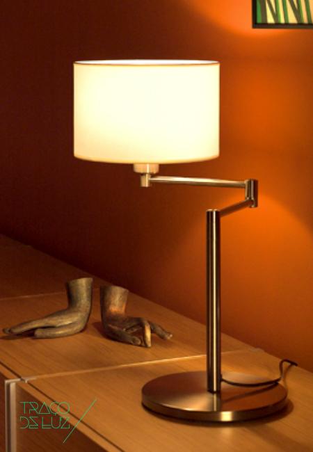 Hansen é um candeeiro de mesa com design moderno embora clássico, com luz directa e ambiente. Desenhado por George W. Hansen de quem herda o nome, Hansen é o candeeiro ideal para um ambiente clássico mas requintado. A estrutura em latão polido ou mate suporta um abajur de forma cilíndrica em bege. * disponível também em candeeiro de pé e candeeiro de parede.