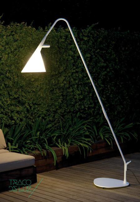 Mate é uma luminária de exterior, desenhada por Geert Koster para a Metalarte. A sua estrutura e base, em aço pintado, tem acabamento em branco acetinado e o difusor em polietileno opaco o que faz com que Mate liberte uma luz confortável.