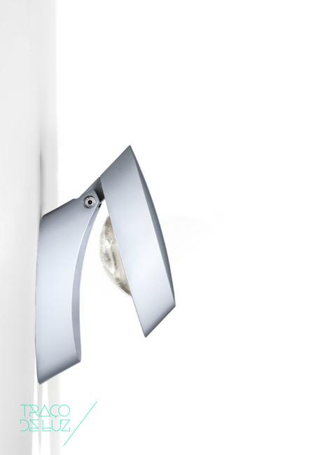 Pin-Up é um aplique de parede com design arrojado. Dividido em duas partes, uma fixa e outra móvel, posicionável de forma a redireccionar o foco de luz Pin-Up é um modelo ideal para obter efeitos distintos. Disponível em três cores distintas (cromado, branco mate e bronze cromado) Pin-Up é utilizável como aplique de parede e aplique de tecto. Pin-Up é um aplique com iluminação de tecnologia LED.
