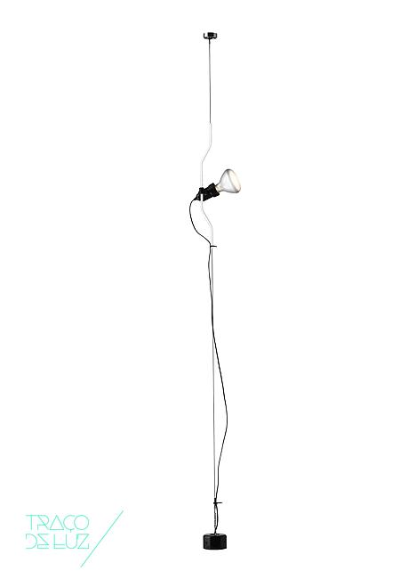 Parentesi é um candeeiro de luz directa com design de Achille Castiglioni com Pio Manzu para a FLOS. A Lâmpada move-se verticalmente, deslizando sobre um tubo de aço branco, preto, vermelho ou niquelado que se encontra preso ao tecto por um tirante.