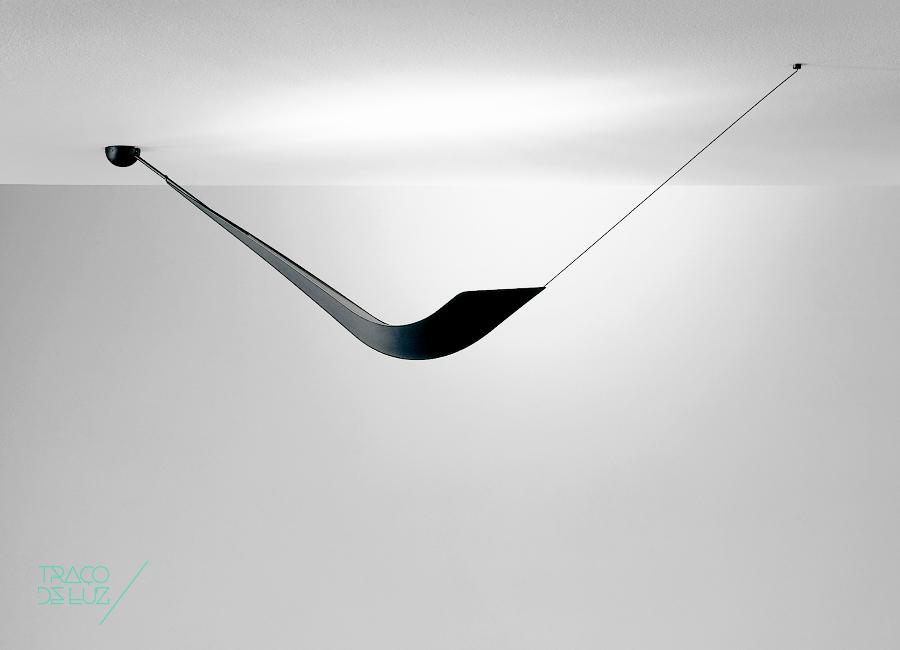 Tuca é um candeeiro de suspensão de design linear desenhado por Bernard Brousse em 1997. Disponóvel com acabamento em preto mate, cinzento-pérola e cromado.