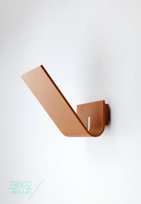 Virgola é um aplique de parede de desenho minimalista de Villa Tosca para a Lumen Center Italia. O aplique é está desenhado para conseguir o melhor resultado de iluminação ocupando o menor espaço possível e com recurso a poucos materiais.