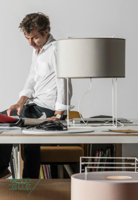 Lewit é uma família de candeeiros disponíveL em candeeiro de chão, candeeiro de mesa e de suspensão. Lewit com design de Jordi Veciana, é composto por uma estrutura metálica pintada a branco ou a preto. Lewit encontra-se disponível em 5 cores distintas.