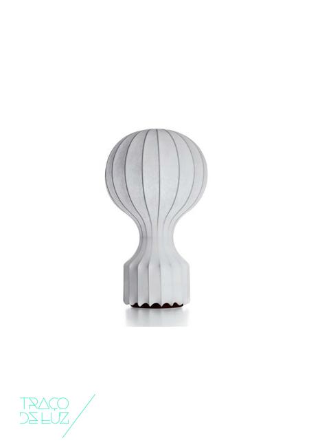 Gatto é um candeeiro de mesa moderno com design de Achille and Pier Giacomo Castiglioni para a Flos. Gatto é um candeeiro de forma sinuosa, com estrutura em aço revestida com uma resina que cria o difunde a luz. Vem com um regulador de intensidade de luz e encontra-se disponível em dois tamanhos distintos.