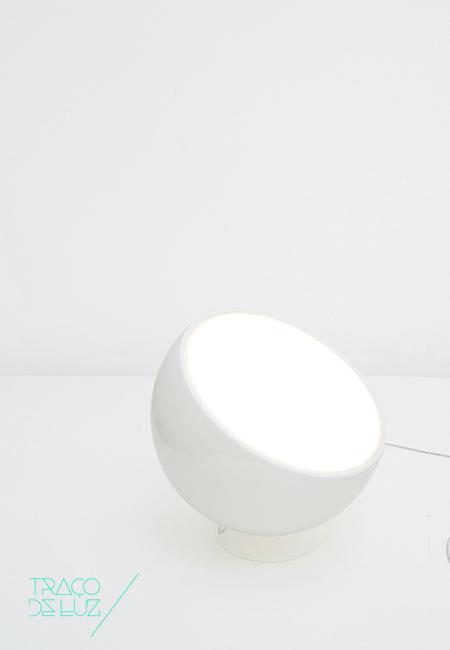 Biluna é um candeeiro de forma semi-esférica com três acabamentos diferentes em branco, preto ou cor areia. Com difusor em metacrilato, Biluna oferece uma iluminação homogénea e de ambiente. Também disponível em versão de candeeiro de suspensão.