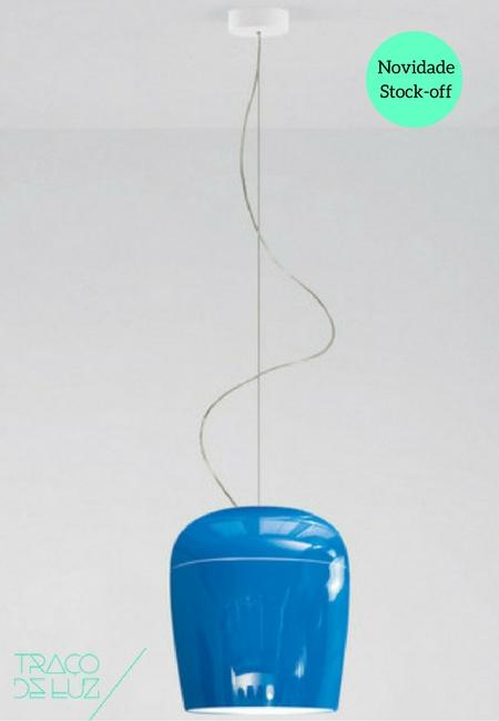 Tiara S3 é um candeeiro de suspensão com estrutura em metal pintado e parte superior em vidro soprado pintado pelo interior. Com um acabamento brilhante em azul vivo Tiara S3, é um candeeiro elegante ideal para iluminação directa ou ambiente numa sala de estar ou num espaço comercial. Dimensões ø 30 x 34 cm; ø 12 cm florão; 200 cm cabo Cor azul pelo exterior, branco pelo interior Suporte E27 Lâmpada não incluída. Prazo de entrega 3 a 5 dias úteis Stock 1 unidade do nosso catálogo stock-off (produto de exposição) justificando o preço especial de venda. +info