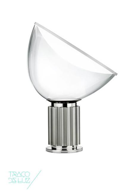 Tacia small anodizado prateado é um candeeiro de mesa com desenho de Achille & Pier Giacomo Castiglioni, para a FLOS. Emitindo luz indirecta e difusa, Tacia tem estrutura em alumínio extrudido com cor natural anodizada e difusor em alumínio pintado. Um dos clássicos da FLOS agora com tecnologia LED. Dimensões ø 14,2 x 19,8 cm base; 48,5 cm de altura; ø 37,3 cm difusor; 190 cm comprimento cabo Cor prateado anodizado Fonte de Luz Led incorporado Prazo de entrega 2 a 3 semanas; 1 exemplar disponível para entrega em 3 dias úteis + info