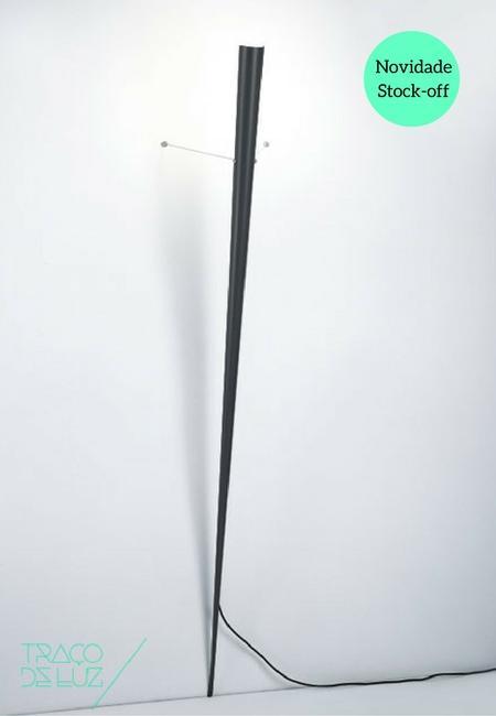 Graf preto é um aplique de parede com design de Gilles Derrain para a Lumen Center Italia em 1991. Graf é composto por um elemento vertical que incorpora a luz, e que se encontra aplicado à parede a partir de dois cabos tensionados. Dimensões 30 x 35 x 190 cm Suport E27 Prazo de entrega 3 a 5 dias úteis Stock 1 unidade do nosso catálogo stock-off (produto de exposição) justificando o preço especial de venda. +info
