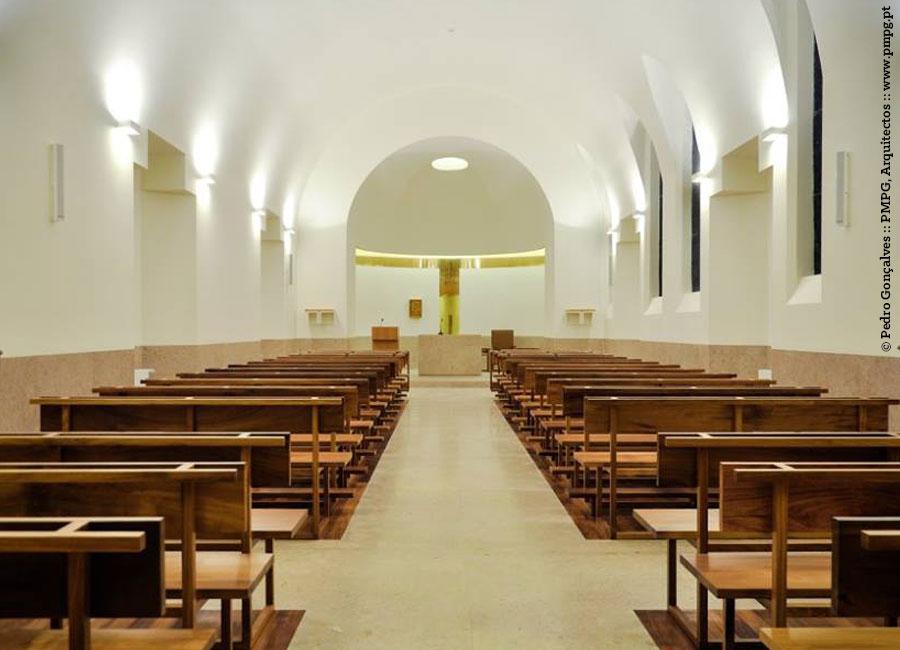 Capela com luminárias fornecidas pela Traço de Luz, num projeto de iluminação com desenho dos arquitetos Pedro Mosca e Pedro Gonçalves.