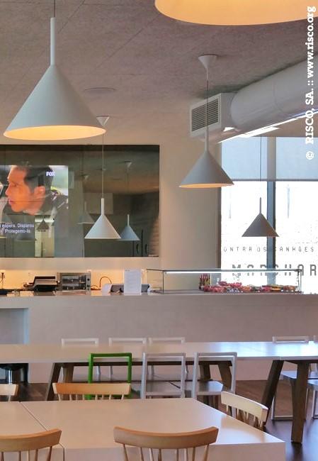 A Traço de Luz forneceu para a Cidade do Futebol candeeiros de suspensão da marca Vertigo Bird. Um projeto do atelier Risco.