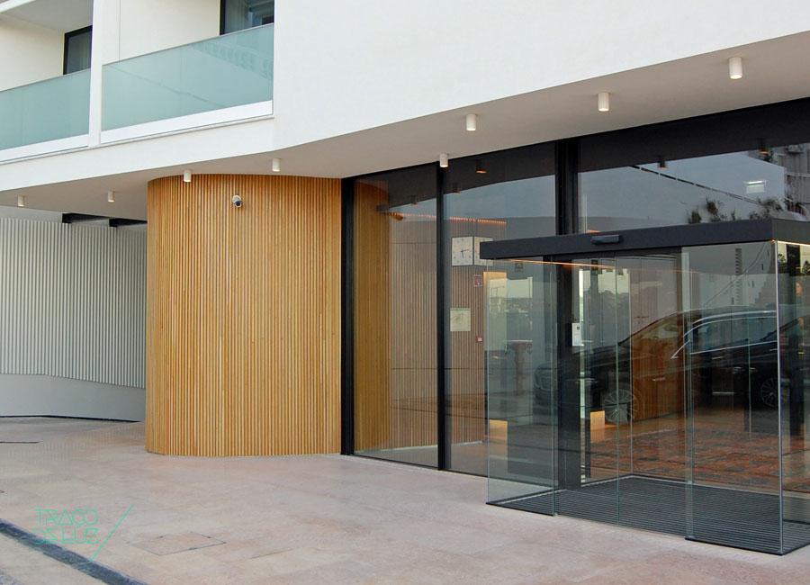 Entrada do Hotel Memmo Príncipe Real, em Lisboa. A Traço de Luz forneceu luminárias de exterior da marca Modular. Um projeto do atelier Risco.