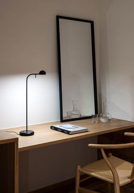 Pin é um candeeiro de mesa preto com design de Ichiro Iwasaki para a Vibia. Concebido como candeeiro de ambiente e de leitura, Pin é perfeito para utilizar em casa ou em ambientes de escritório. Incorporado com tecnologia LED. Dimensões ø 12 x 55 cm Cor preto Fonte de Luz LED incorporado Prazo de Entrega 2-3 semanas + info Fale connosco para + info sobre quantidades, cores e tamanhos
