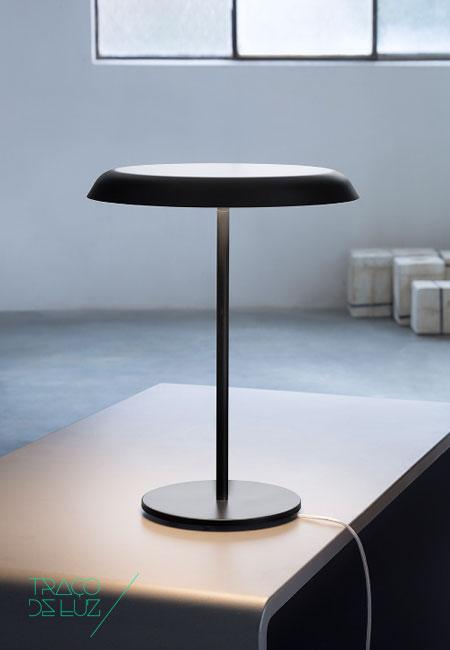 Landing T3 preto, candeeiro de mesa da marca Prandina, na Traço de Luz iluminação, Portugal