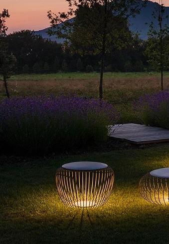 Meridiano cinzento, candeeiro de chão de exterior da marca Vibia, na Traço de Luz iluminação, Portugal