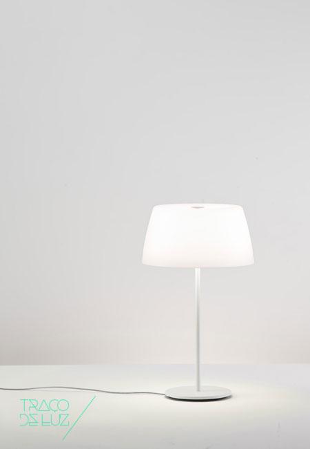 Ginger T50 é um candeeiro de mesa com estrutura em metal pintada a branco e difusor em polietileno branco, proporcionando uma iluminação difusa e confortável. Ginger T50 é um candeeiro elegante que se adapta discretamente a todo o tipo de espaços. Dimensões ø 42 x 65 cm Cor Branco Suporte E27 Lâmpada não incluída. Prazo de entrega 2 a 3 semanas + info Para + info sobre quantidades, cores e tamanhos eshop@tracoluz.com