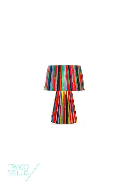 Shoelaces é uma colecção de candeeiros com design de Curro Claret para a Metalarte. São candeeiros fabricados artesanalmente e compostos por atacadores monocromáticos ou em combinações multi-cores. Utilizado para a decoração e com material da reconhecida e prestigiada marca Camper, shoelaces é um candeeiro divertido, colorido e jovem. Dimensões Ø 22 /25 x 50 cm Cor multi-cor Suporte E27 Lâmpada não incluída Prazo de Entrega 3-4 semanas; 1 exemplar disponível para entrega em 3 a 5 dias úteis + info Fale connosco para + info sobre quantidades, cores e tamanhos