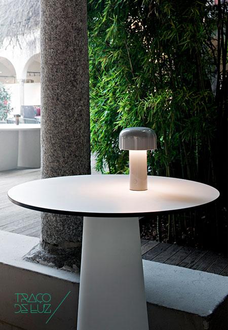 Bellhop cinzento é um novo candeeiro de mesa da Flos com design da dupla Edward Barber & Jay Osgerby. Incorporado com uma bateria com uma autonomia de 24 h com um cabo USB-C incluído. O candeeiro composto por um material plástico opalino cria um efeito de difusão de luz ambiente. Dimmer incluído. Dimensões ø 12,5 x 21 cm Cor cinzento Fonte de Luz 84 x LED 2,5W 2700K CRI90 250lm Prazo de entrega 2 a 3 semanas + info Para + info sobre quantidades, cores e tamanhos eshop@tracoluz.com