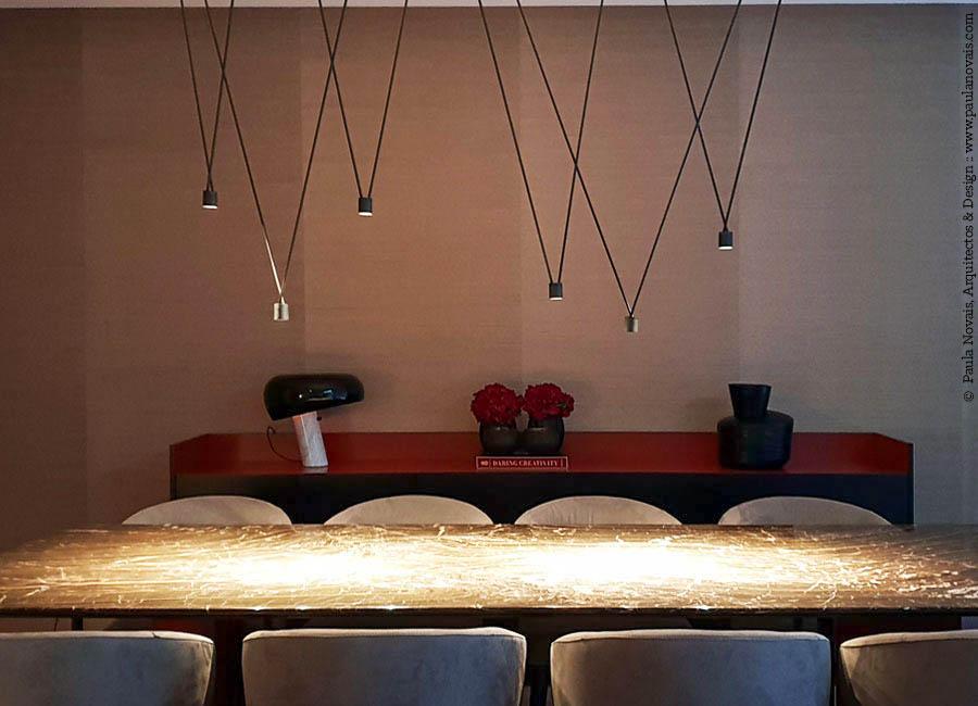 Casa com design de interiores de Paula Novais, em colaboração com a Traço de Luz