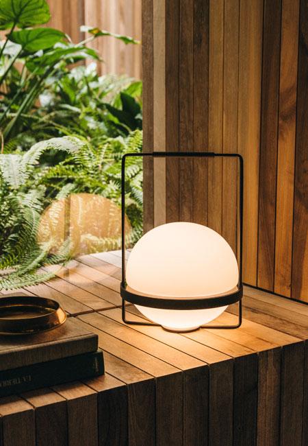 Palma é um candeeiro de mesa ou de chão composto por duas meias esferas de vidro opalino, unidas por um anel de alumínio com acabamento em tons grafite mate. Palma é um candeeiro portátil com design de Antoni Arola para a Vibia, fazendo parte da nova colecção da respeitada marca de design de iluminação. Dimensões ø 22 x 31 cm Cor grafite mate Fonte de Luz LED Incorporado 2 x LED 4,6W 500mA Led 2700 K. CRI >90. 868 lm. 93 lm/W Prazo de entrega 2 a 3 semanas; 1 exemplar disponível para entrega em 3 a 5 dias úteis + info Para + info sobre quantidades, cores e tamanhos eshop@tracoluz.com