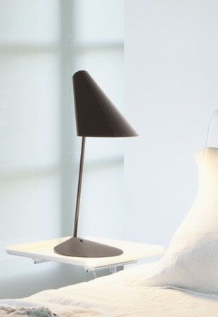 I.Cono cinzento, candeeiro de mesa da marca Vibia, na Traço de Luz iluminação, Portugal