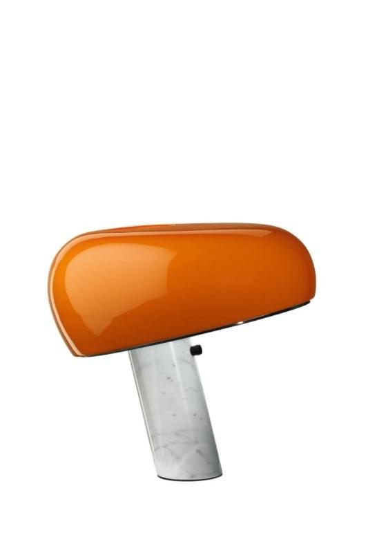 Snoopy laranja, candeeiro de mesa da marca Flos, na Traço de Luz iluminação, Portugal